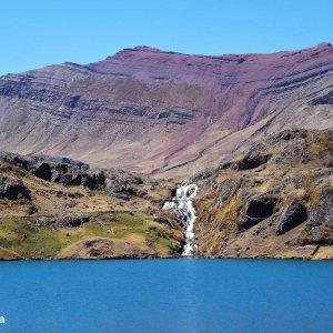 Montagne rouge, cascade et lagune - Ausangate